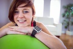 Подходящая склонность женщины на шарике тренировки Стоковое Изображение