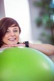 Подходящая склонность женщины на шарике тренировки Стоковые Фотографии RF