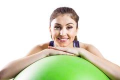 Подходящая склонность женщины на шарике тренировки Стоковые Фото