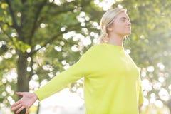 Подходящая счастливая блондинка наслаждаясь солнцем Стоковая Фотография RF