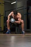 Подходящая тренировка спортсмена с гантелями Стоковое Фото