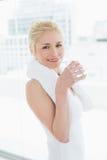 Подходящая усмехаясь питьевая вода женщины на спортзале Стоковое Изображение