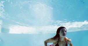 Подходящее брюнет в подныривании бикини в бассейн акции видеоматериалы