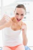 Подходящее брюнет кладя ее кулаки вверх Стоковое Изображение RF