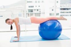 Подходящее брюнет разрабатывая с шариком тренировки Стоковые Фото