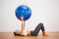 Подходящее брюнет разрабатывая с шариком тренировки Стоковые Изображения RF