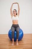 Подходящее брюнет разрабатывая с шариком тренировки Стоковое Изображение