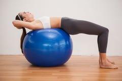 Подходящее брюнет разрабатывая с шариком тренировки Стоковые Изображения