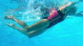 Подходящее заплывание женщины в открытом бассейне сток-видео