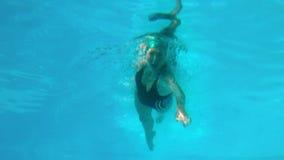 Подходящее заплывание женщины в открытом бассейне видеоматериал