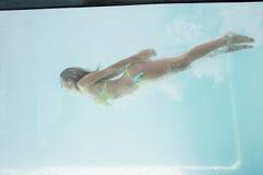 Подходящее заплывание женщины под водой стоковая фотография rf
