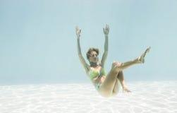 Подходящее заплывание женщины под водой стоковое фото rf