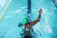Подходящее заплывание человека в бассейне Стоковая Фотография RF