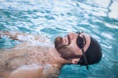 Подходящее заплывание человека на задней части Стоковые Фотографии RF