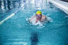 Подходящее заплывание человека с шляпой заплывания Стоковые Фото