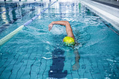 Подходящее заплывание человека с шляпой заплывания Стоковые Изображения RF