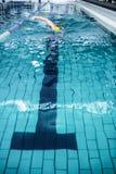 Подходящее заплывание человека с шляпой заплывания Стоковое Изображение RF