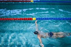 Подходящее заплывание человека Стоковые Изображения