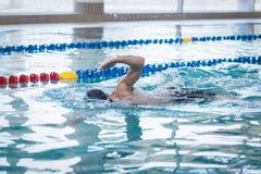 Подходящее заплывание человека Стоковая Фотография