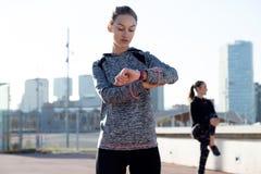 2 подходящее и sporty молодые женщины ослабляя после разрабатывают в PA Стоковое Фото