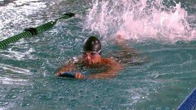 Подходящее мышечное заплывание пловца в бассейне сток-видео