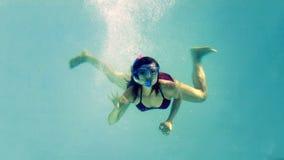 Подходящее подныривание брюнет в шноркель бассейна нося сток-видео