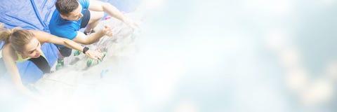 Подходящее скалолазание женщины внутри помещения Стоковое Изображение RF