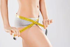 Подходящее тело ` s девушки в сером нижнем белье Стоковое Изображение RF