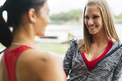 Подходящие женщины говоря outdoors Стоковые Изображения RF