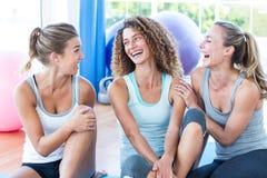 Подходящие женщины смотря один другого и усмехаться Стоковая Фотография