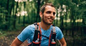 Подходящие мужские остатки jogger во время дня jogging для леса по пересеченной местностей отстают гонку в природном парке Стоковое Изображение