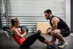 Подходящие пары делая подбрюшную тренировку шарика Стоковые Фотографии RF