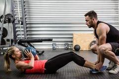 Подходящие пары делая подбрюшную тренировку шарика Стоковая Фотография