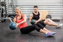 Подходящие пары делая подбрюшную тренировку шарика Стоковые Фото
