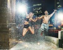 Подходящие пары скача в фонтан Стоковые Изображения