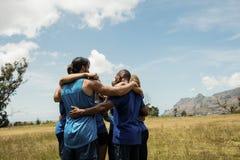 Подходящие люди стоя совместно и формируя барьер Стоковые Фото