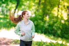 Подходящие sportive женщины jogging в парке Стоковая Фотография