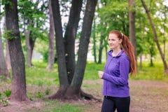 Подходящие sportive женщины jogging в парке Стоковые Фото