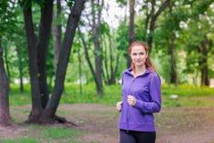 Подходящие sportive женщины jogging в парке Стоковое Фото