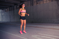 Подходящий бегун женщины нагревая outdoors Стоковые Фотографии RF