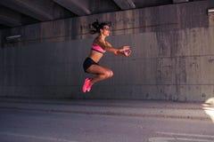 Подходящий бегун женщины нагревая outdoors Стоковое Изображение