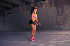Подходящий бегун женщины нагревая outdoors Стоковое Фото