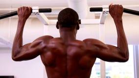 Подходящий без рубашки человек делая тягу поднимает видеоматериал