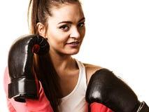 Подходящий бокс женщины изолированный на белизне стоковое фото rf