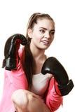 Подходящий бокс женщины на белизне стоковая фотография