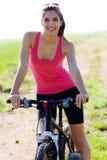 Подходящий горный велосипед катания женщины Стоковая Фотография