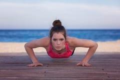 Подходящий делать женщины нажимает вверх или отжимает вверх Стоковые Изображения RF