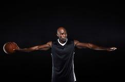 Подходящий молодой баскетболист при протягиванные оружия Стоковые Фото