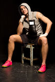 Подходящий молодой боксер сидя ждущ бой стоковое фото rf