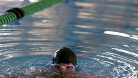 Подходящий мышечный пловец вытекая от бассейна сток-видео